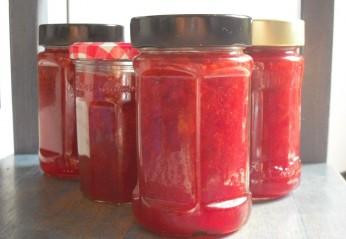 Erdbeermarmelade selber kochen: lohnt sich das?