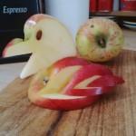 Schwan aus einem Apfel basteln